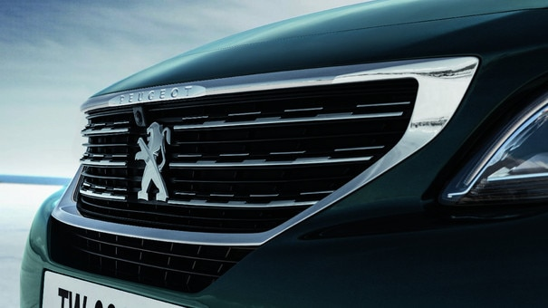 New SUV PEUGEOT 5008: Grille featuring chrome fins