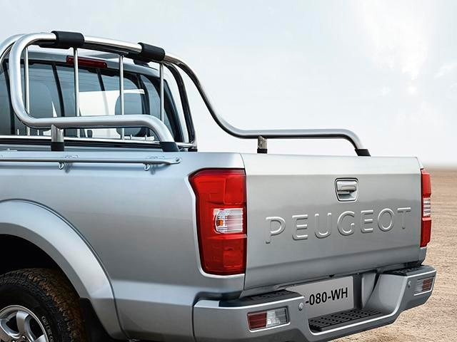 The PEUGEOT Pick Up bed is 1.40m long and 1.39m wide, equipped with anchoring hooks on the outside, and allows a load of up to 815kg to be transported.