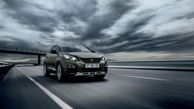 PEUGEOT 3008 SUV: front end from the side