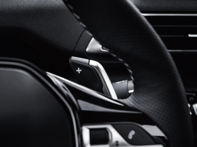 New SUV PEUGEOT 5008: Compact steering wheel with integrated controls