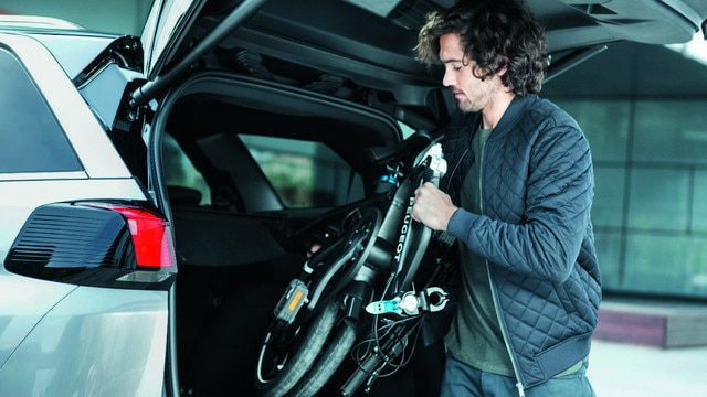 New SUV PEUGEOT 5008: Rechargeable folding bicycle in the boot